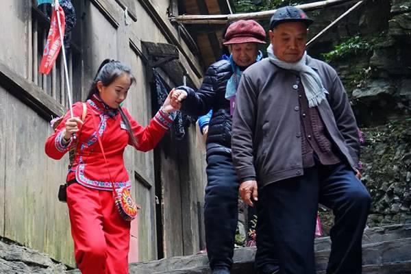 """三峡人家旅游景区开展""""微笑服务""""活动"""