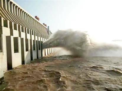 近日三峡大坝开始开闸泄洪