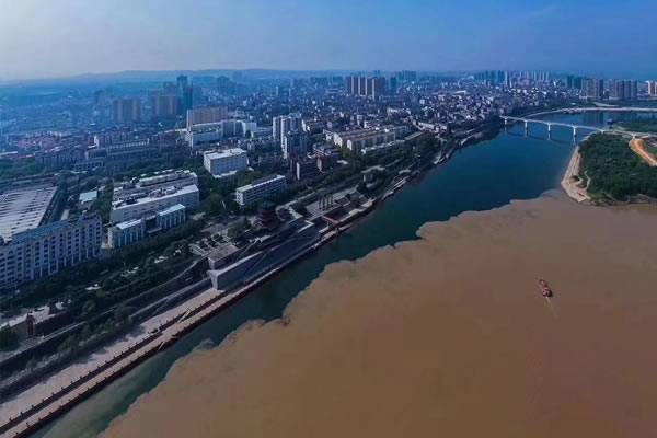 宜昌宜都长江清江现壮观分界线