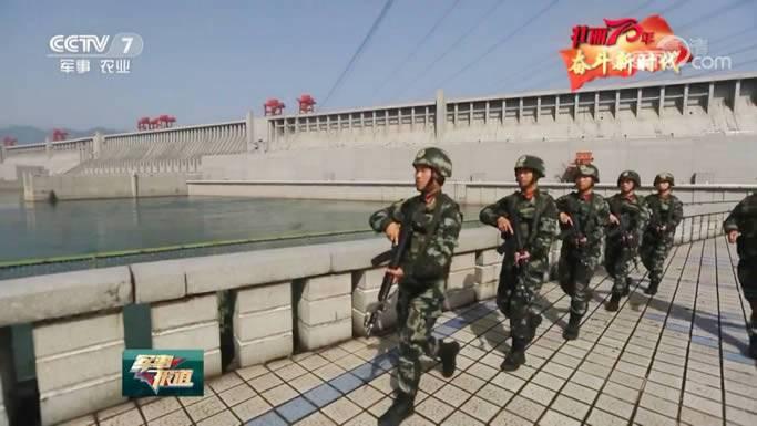 三峡大坝的武警官兵