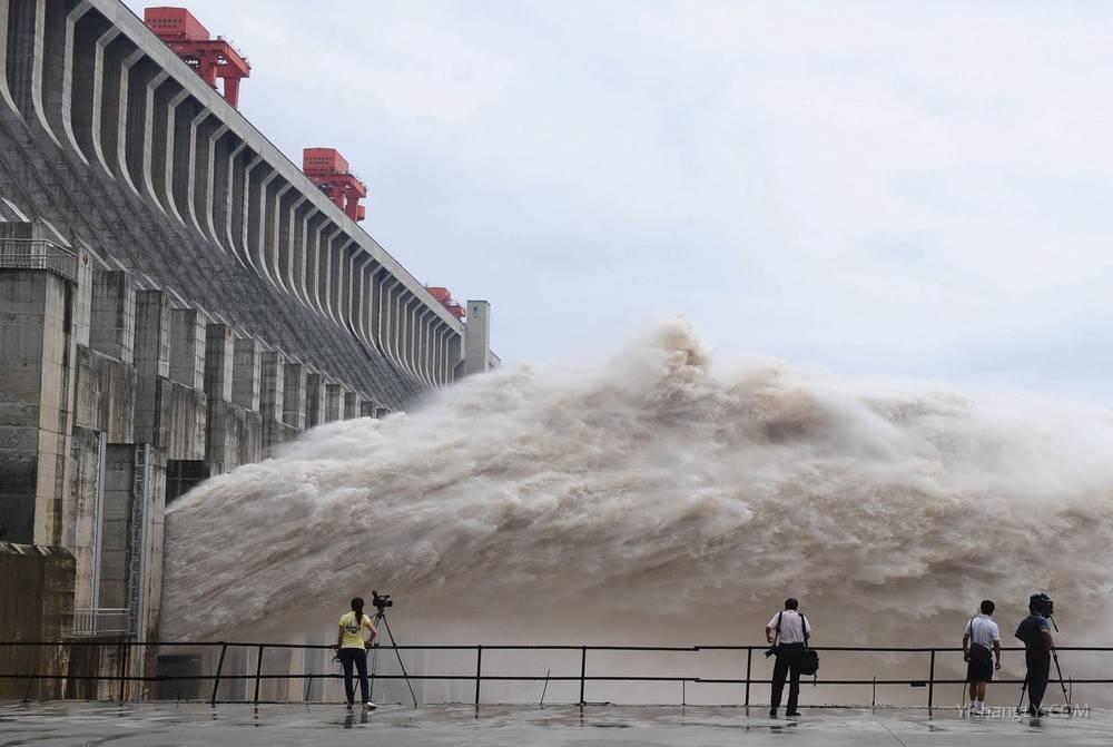 三峡大坝泄洪