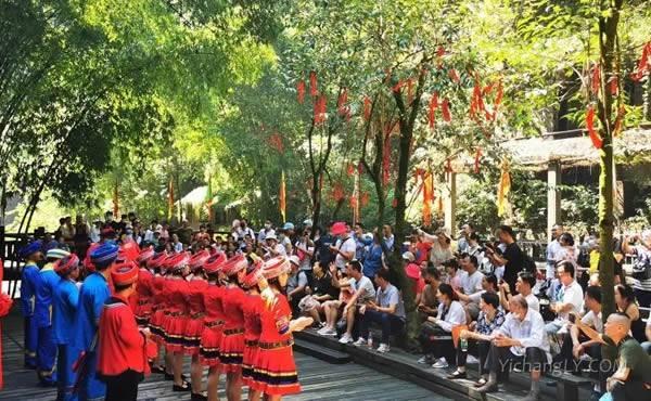 三峡人家景区免票活动的第一天游人如织秩序井然2