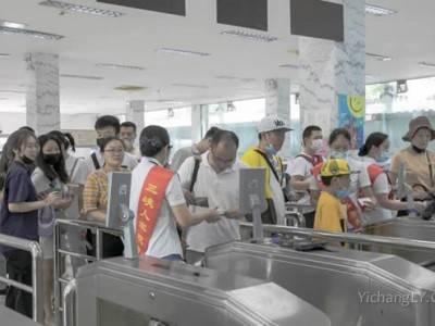 三峡人家景区免票活动的第一天游人如织秩序井然