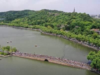 """西湖断桥五一假期变""""人桥""""上网络热搜了,发生什么了?"""