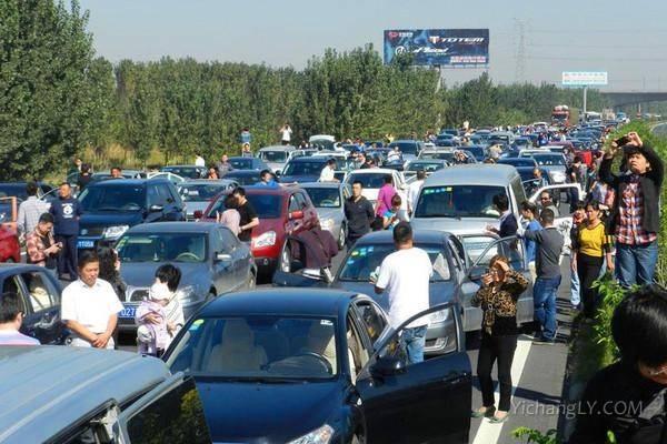 多地开启堵车模式:高速变停车场2