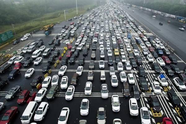 多地开启堵车模式:高速变停车场3